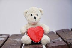 Teddybär und Herz stockfotografie