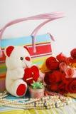 Teddybär und Rosen Lizenzfreie Stockfotografie