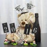 Teddybär wünscht guten Rutsch ins Neue Jahr 2016 mit Flasche Lizenzfreie Stockfotografie
