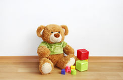 Teddybär, Würfel auf lamellenförmig angeordnetem Fußboden Stockbild