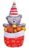 Teddybär in Weihnachtsmann-Tasche voll von Weihnachten spielt Lizenzfreies Stockbild