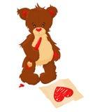 Teddybär zeichnet Herz auf Papier Stockfoto