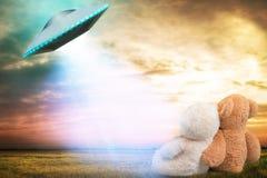 Teddybär zwei, ein unbekanntes Flugobjekt betrachtend, das im Himmel erschien Stockfoto