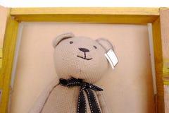Teddybärbier auf der Fensterwand Lizenzfreies Stockbild