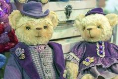 Teddybären in den purpurroten Hüten und den Ausstattungen der Weinlese stockbilder