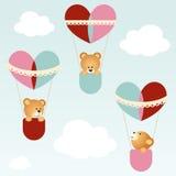 Teddybären, die in heiße Ballone des Herzens fliegen Lizenzfreies Stockfoto