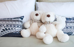 Teddybären, die im Bett sitzen Lizenzfreies Stockfoto