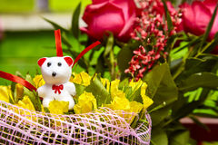 Teddybärgeschenk favorit Valentinsgruß ` s der gelben Rosen des Blumenstraußes weißer Tag Stockbild