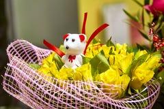 Teddybärgeschenk favorit Valentinsgruß ` s der gelben Rosen des Blumenstraußes weißer Tag Lizenzfreie Stockbilder
