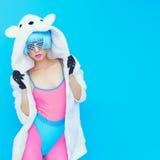 Teddybärmädchen auf einem blauen Hintergrund Verrückte Winterpartei Club d Stockfotos