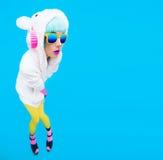 Teddybärmädchen auf einem blauen Hintergrund Verrückter DJ- und Vereinwinter p Stockfoto