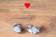 Teddybärpaare, die Hand in der Liebe halten Stockbild