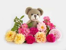 Teddybärpuppe mit Blume Lizenzfreie Stockfotografie