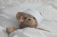 Teddybear in bed Stock Afbeelding