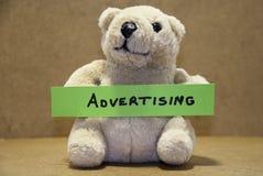 Teddybear, das Werbung hält Lizenzfreie Stockfotografie