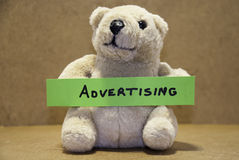 Teddybear hållande advertizing Royaltyfri Fotografi
