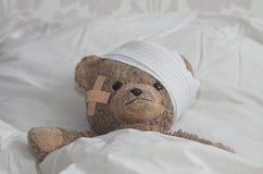 Teddybear im Bett Stockbild
