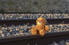 Teddybeer alleen op spoorweg stock fotografie