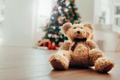 Teddybeer als Kerstmisgift voor kinderen stock fotografie