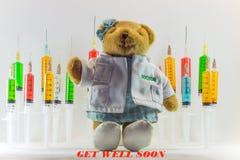 Teddybeer als vrouw arts met plastic medische spuiten die veelkleurige oplossingen en witte achtergrond bevatten ` Medisch concep royalty-vrije stock foto's