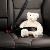 Teddybeer in de achterbank van een auto wordt vastgemaakt die Royalty-vrije Stock Fotografie