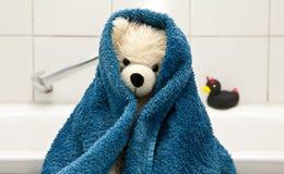 Teddybeer die - een bad nemen royalty-vrije stock foto