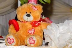 Teddybeer die een hart houdt Royalty-vrije Stock Foto's