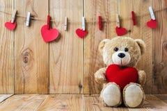 Teddybeer die een hart-vormig hoofdkussen houden Stock Fotografie