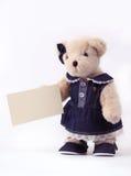 Teddybeer die een lege kaart houdt royalty-vrije stock afbeelding