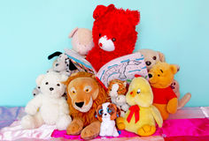 Teddybeer die een verhaal lezen aan zijn vrienden stock afbeeldingen