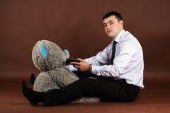 Teddybeer die op mobiele telefoon spreken Stock Foto