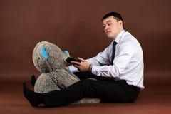 Teddybeer die op mobiele telefoon spreken Stock Foto's