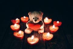 Teddybeer die rood hart houdt Stock Afbeelding