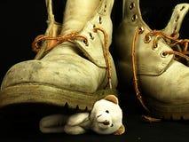 Teddybeer door een zware, oude militaire laars wordt verpletterd die Royalty-vrije Stock Foto