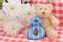 Teddybeer en boeket van chrysanten Stock Afbeeldingen