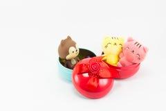 Teddybeer en kat op rode blauwe giftdoos Stock Afbeelding