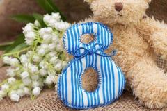 Teddybeer en kunnen-lelie Cijfer 8, close-up Stock Foto