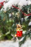 Teddybeer en rode sok, Kerstmisstuk speelgoed op een Kerstboom Stock Afbeelding