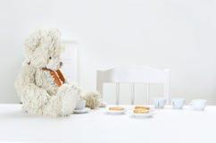 Teddybeer en thee Stock Foto's