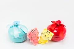 Teddybeer, gele roze teddy kat op rode blauwe giftdoos Royalty-vrije Stock Fotografie