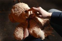 Teddybeer in het nachtpark Royalty-vrije Stock Afbeelding