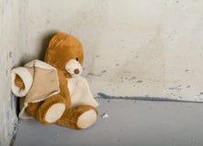 Teddybeer in hoek Stock Foto