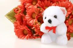 Teddybeer met bloemen stock foto's