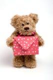 Teddybeer met brief. De dag van de valentijnskaart Stock Foto