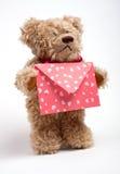 Teddybeer met brief. De dag van de valentijnskaart Stock Fotografie