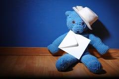 Teddybeer met een envelop. Royalty-vrije Stock Foto's