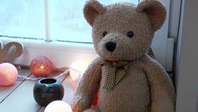 Teddybeer met een slinger stock videobeelden