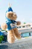 Teddybeer met hanger op de muur Stock Afbeelding