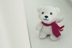 Teddybeer met rode boogdecoratie Stock Foto