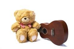 Teddybeer met ukelele op witte achtergrond Royalty-vrije Stock Foto